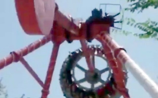 #Video Juego mecánico se parte en dos y en la caída muere joven - Momento en el que juego mecánico se parte en dos. Captura de pantalla