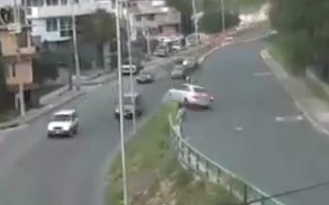 #Video Conductor sale del camino y vuelca en Naucalpan - Naucalpan accidente volcado conductor
