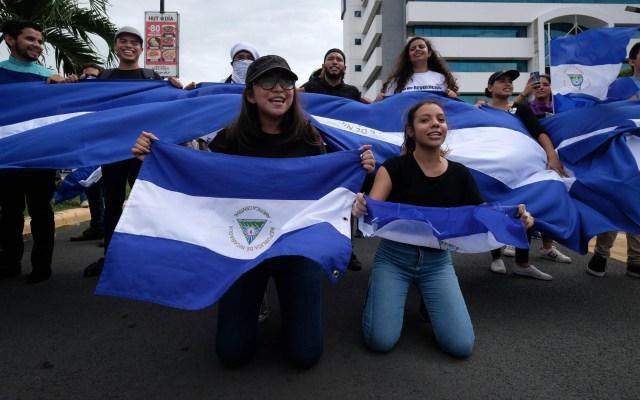Ortega acusa a Embajada de EE.UU. por alentar protestas en Nicaragua - Manifestantes reaccionan a la intervención de la policía durante una protesta en Managua (Nicaragua). Foto de EFE/ Alberto González
