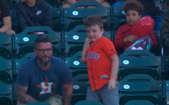 #Video Hombre atrapa pelota de jonrón de su equipo y su hijo la regresa al campo - niño home run