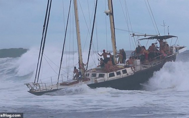 #Video Olas amenazan con volcar un barco en Hawaii - olas barco hawaii