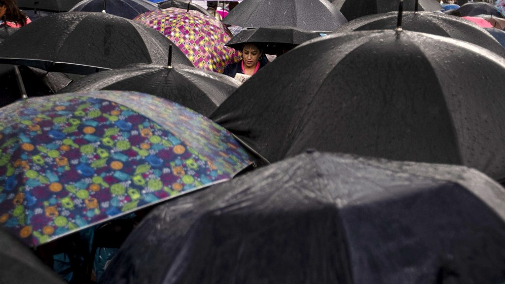 Pronostican lluvias para el Valle de México y norte del país - Personas cubriéndose de la lluvia con paraguas. Foto de Notimex