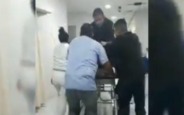Balacera en Tlalpan deja un muerto y tres heridos - Paramédico aplicando RCP a joven que entró en paro cardiaco; después murió. Captura de pantalla / Op. Esp. México