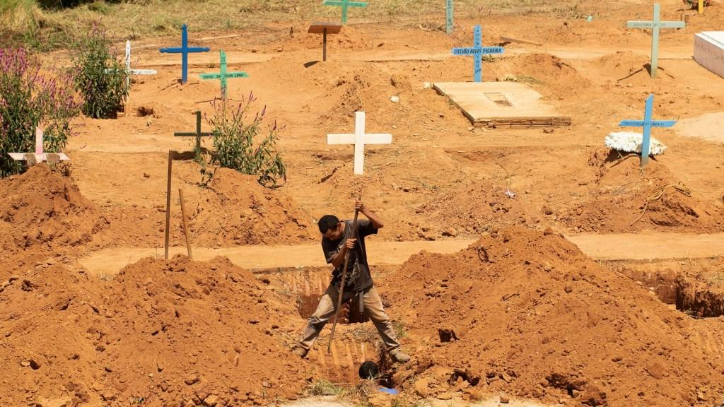 Suman 62 víctimas mortales por motín en cárcel de Brasil - Un trabajador del cementerio San Sebastián abre una de las 35 tumbas para enterrar a las víctimas de la masacre del Centro de Recuperación Regional de Altamira, Brasil. Foto de EFE / Joédson Alves