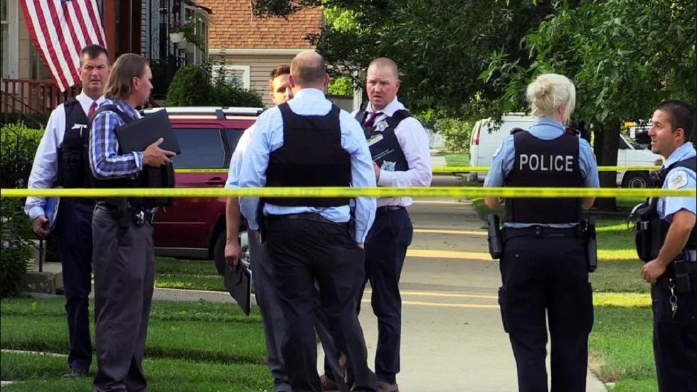 Niño de tres años muere de un disparo tras ser dejado solo con un arma - Policía afuera de la casa de Mikah Davis tras su muerte. Foto de Justin Jackson