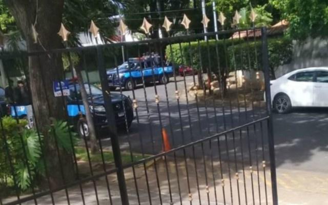 Policía de Nicaragua detiene a 3 ciudadanos que denunciaban violación a derechos humanos - Patrullas de la Policía asedian las oficinas de abogados denominados Defensores del Pueblo. Foto de La Prensa de Nicaragua