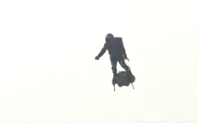 Inventor francés falla al intentar cruzar el Canal de la Mancha en flyboard - Captura de pantalla