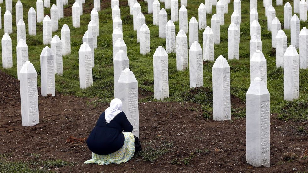 A 24 años de Srebrenica - Srebrenica (Bosnia And Herzegovina), 11/07/2019.- A Bosnian Muslim woman prays during the funeral in the Potocari Memorial Center, Srebrenica, Bosnia and Herzegovina, 11 July 2019, where 33 newly-identified Bosnian Muslims were burried. The burial was part of a memorial ceremony to mark the 24th anniversary of the Srebrenica massacre on 11 July 2019, considered the worst atrocity of Bosnia's 1992-95 war. More than 8,000 Muslim men and boys were executed in the 1995 killing spree after Bosnian Serb forces captured the former Bosnian Muslim enclave in Srebrenica on 11 July 1995. (Bosnia-Herzegovina) EFE/EPA/FEHIM DEMIR