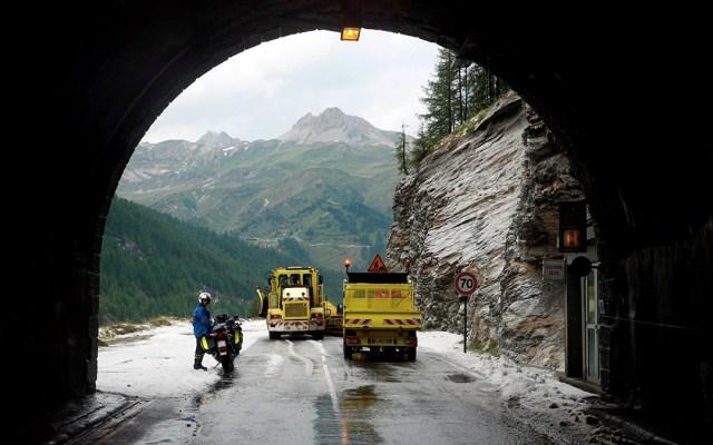 Histórico: Tour de France suspende etapa debido al mal tiempo - Foto de EFE/EPA/YOAN VALAT