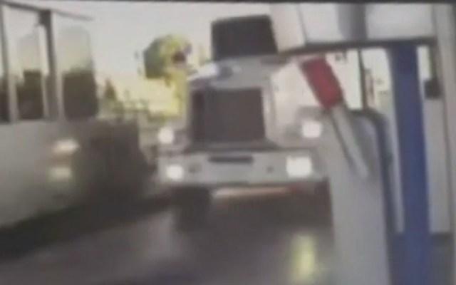 #Video Tráiler protagoniza persecución a 100 km/h en San Luis Potosí - Tráiler al cruzar caseta del Libramiento Oriente. Captura de pantalla