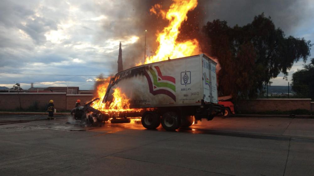 Ocasiona tráiler carambola e incendio en caseta de la autopista México-Puebla. Noticias en tiempo real