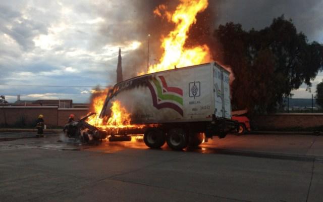 Ocasiona tráiler carambola e incendio en caseta de la autopista México-Puebla - Foto de@reporterosote