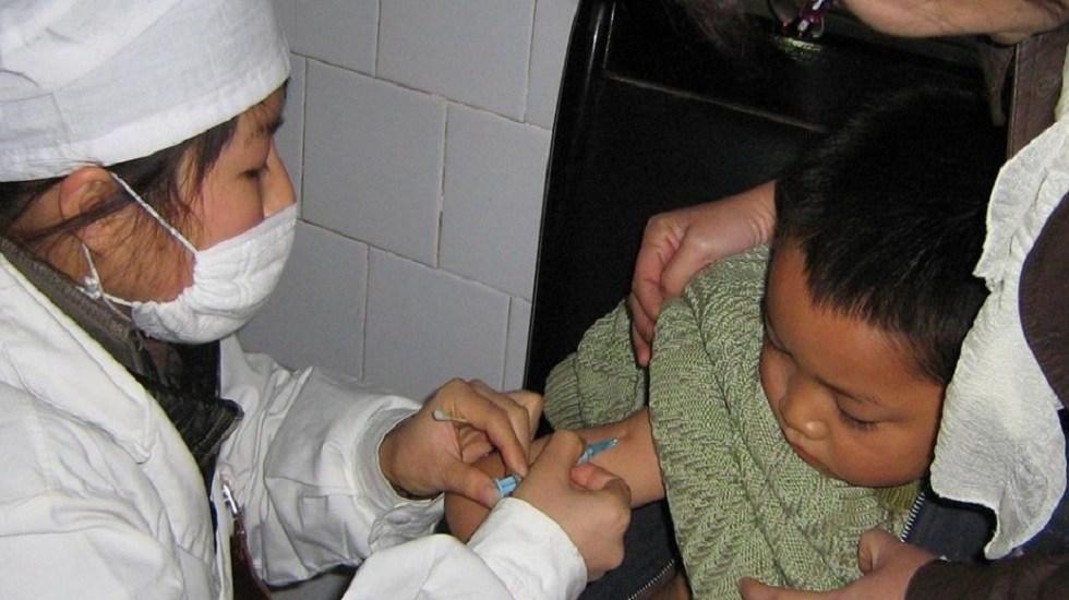 América está en alerta por ola antivacunas en medio de brotes de sarampión - Vacuna contra sarampión a niño. Foto de OMS