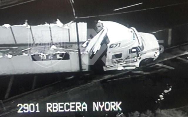 Volcadura de tráiler bloquea Viaducto Río Becerra - volcadura tráiler rio becerra y nebraska