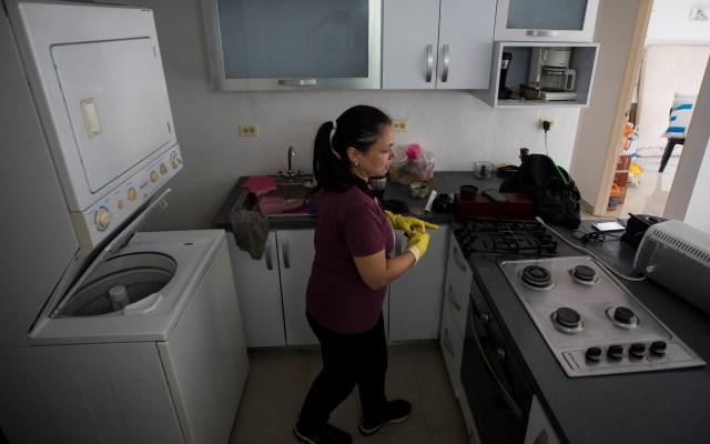 La crisis en Venezuela, germen de nuevos negocios - Fotografía tomada el 12 de junio de 2019 que muestra a Silvia Fuenmayor trabajando en la cocina de una de las viviendas de sus clientes en Caracas (Venezuela). EFE.
