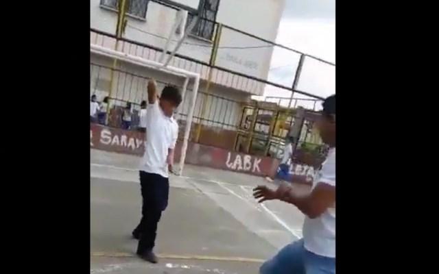 #Video Alumno de 13 años ataca con cuchillo a profesor en Colombia - Captura de pantalla