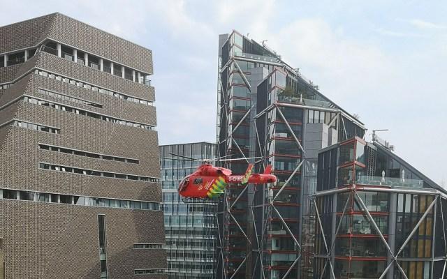 Adolescente arroja a niño de seis años desde décimo piso en museo de Londres - Ambulancia aérea arribando al Tate Modern de Londres. Foto de @AlexFallis
