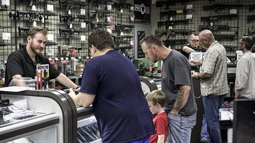 """Armería en Arizona desata polémica por publicidad de """"regreso a clases"""" - Armería Arizona"""