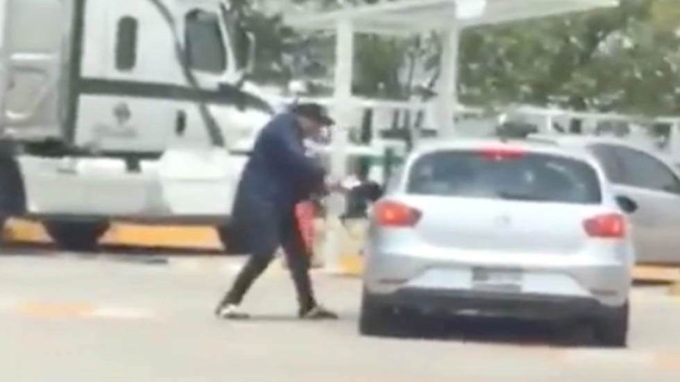 #Video Asaltan a conductor en entrada de centro comercial en Naucalpan - Asalto Cúspide Naucalpan Centro Plaza