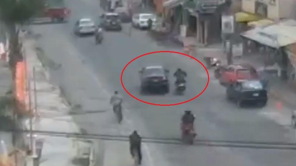 #Video Conductor avienta a motociclista y huye en Edomex - Auto avienta a moto en Edomex. Captura de pantalla