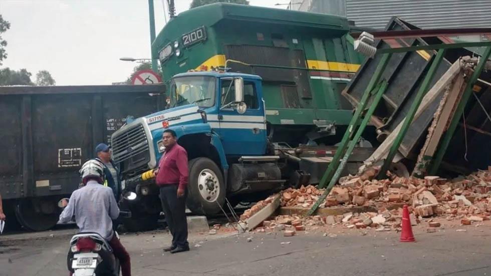 Tren embiste a camión en Azcapotzalco. Noticias en tiempo real