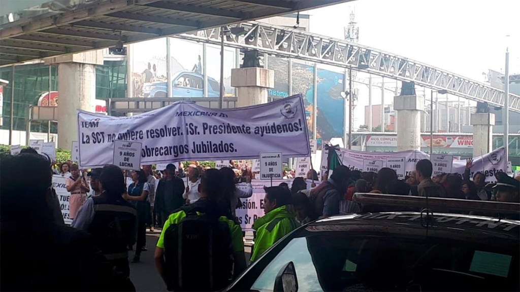 Retiran bloqueo al exterior de la Terminal 1 del AICM - bloqueo manifestantes terminal 1 aicm