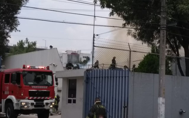 Controlan incendio en fábrica en Pedregal de Santo Domingo - Bomberos extinguiendo incendio en fábrica. Foto de @Alcaldia_Coy