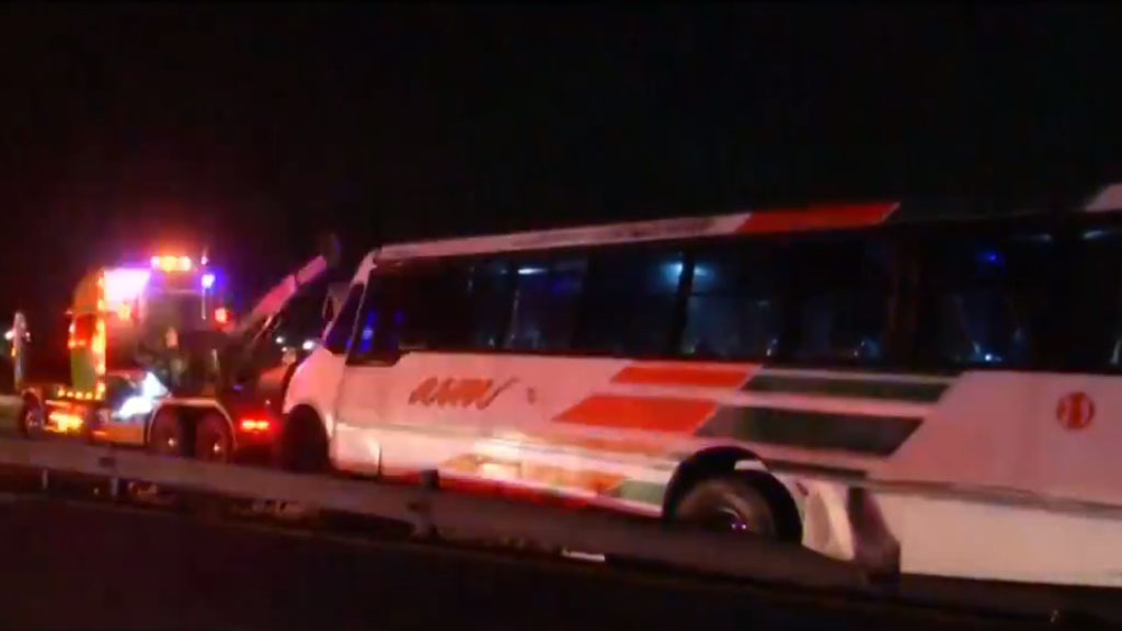 Accidente de camión deja 16 heridos en el Circuito Exterior Mexiquense - Camión accidentado en el CEM. Captura de pantalla / Foro Tv