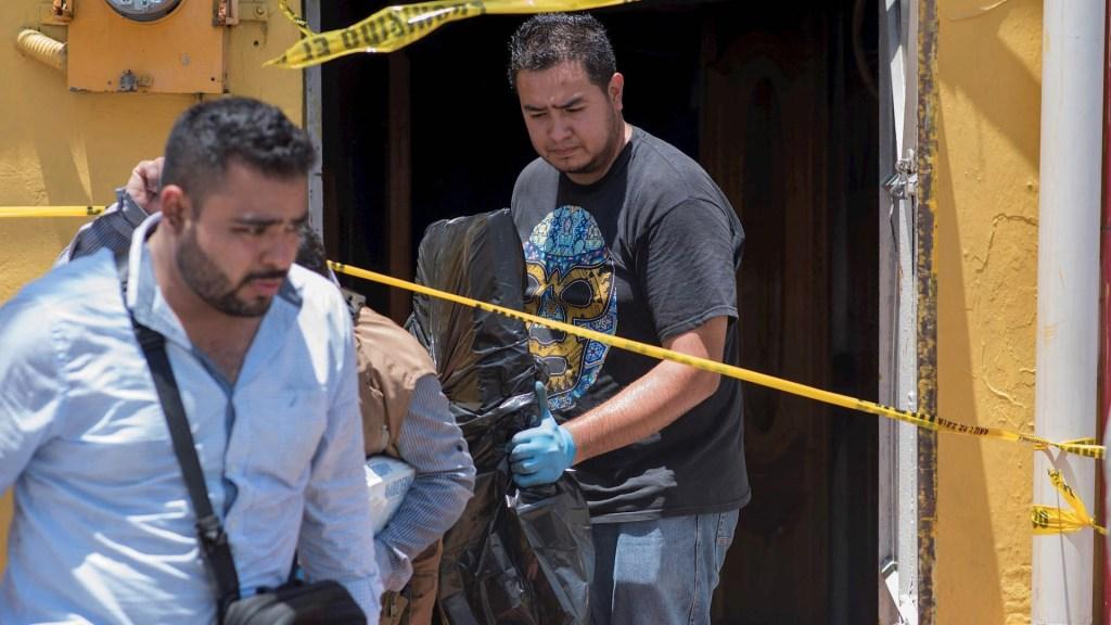Suman 81 mil 103 homicidios dolosos en lo que va del sexenio - Peritos forenses en escena de ataque al bar El Caballo Blanco en Coatzacoalcos, Veracruz, en agosto de 2019. Foto de EFE/ Archivo