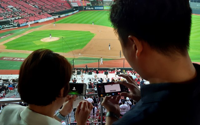 Tecnología 5G moderniza experiencia en estadios de Corea del Sur - Con la tecnología 5G, los aficionados tienen acceso a distintos ángulos del estadio para no perderse las jugadas. Foto de EFE