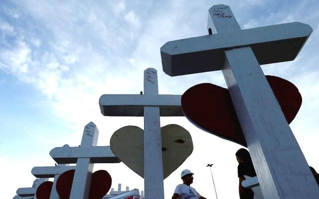 Pareja murió en tiroteo de El Paso al salvar la vida de su bebé - Cruces de víctimas de tiroteo en El Paso. Foto de EFE