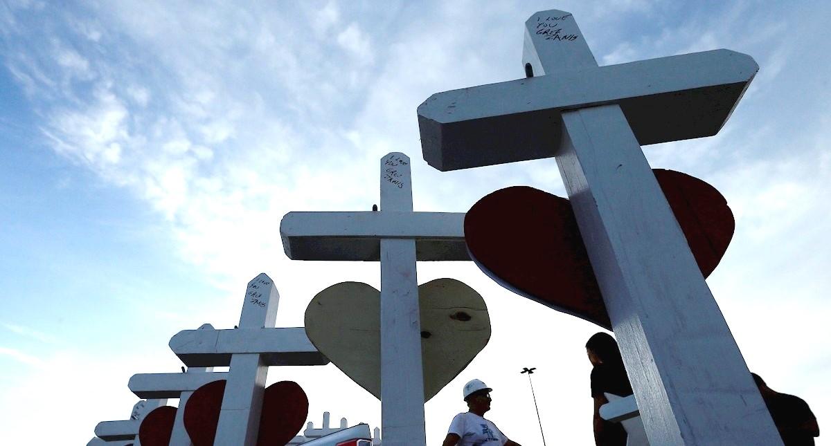Cruces de víctimas de tiroteo en El Paso. Foto de EFE