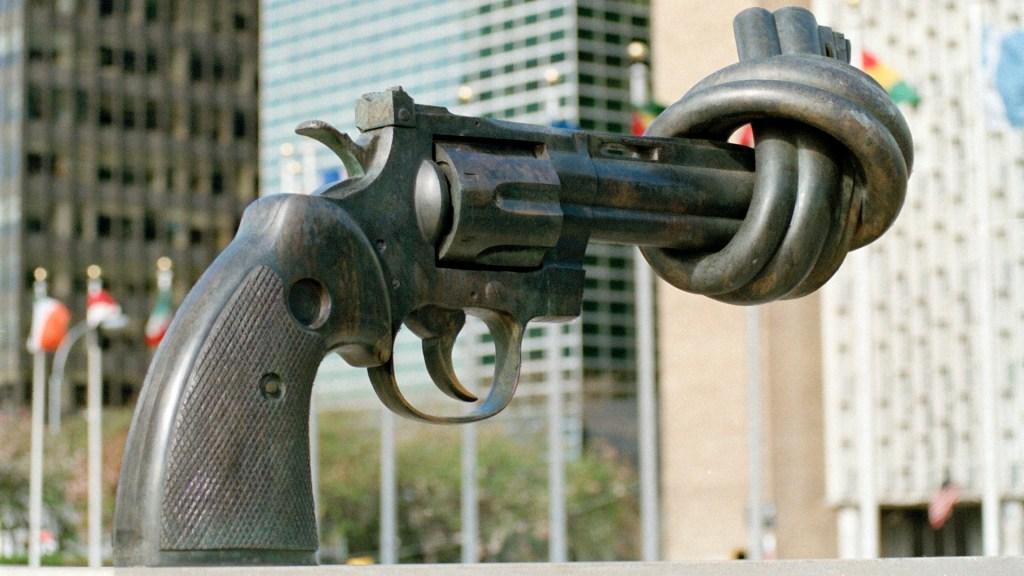 ONU pide a gobiernos y redes sociales medidas contra crímenes de odio - La escultura 'Knotted Gun' es un símbolo de la no violencia, creada por Carl Fredik Reuterswärd. Foto de @UN