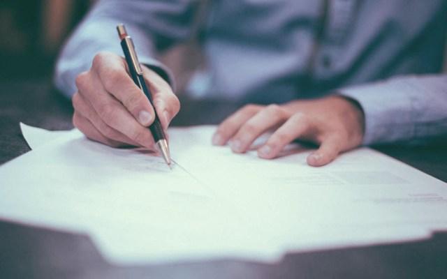 Senado va por calificar negocio de facturas falsas como delincuencia organizada - Facturas documentos firma trabajo