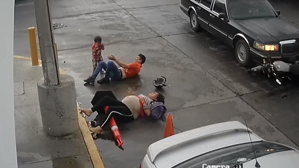 Familia en el piso tras accidente. Captura de pantalla