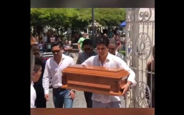 Ferdinando Valencia da último adiós a su hijo en Colima - Ferdinando Valencia con el ataúd de su mellizo Dante. Captura de pantalla / @elgordoylaflaca