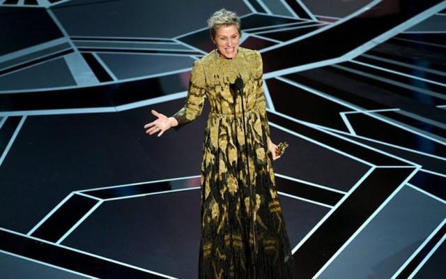 Retiran cargos contra ladrón del Óscar de Frances McDormand - Frances McDomarmand con su Óscar a mejor actriz. Foto de oscar.go.com