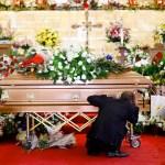 Cientos acuden a funeral de mujer asesinada en tiroteo de El Paso