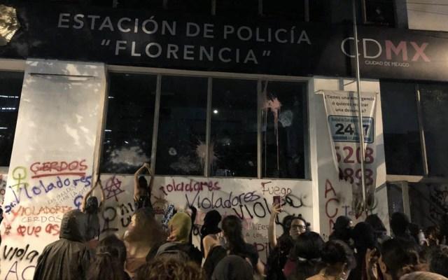 Feministas incendian estación de policía en la colonia Juárez - Foto de @VeronuK