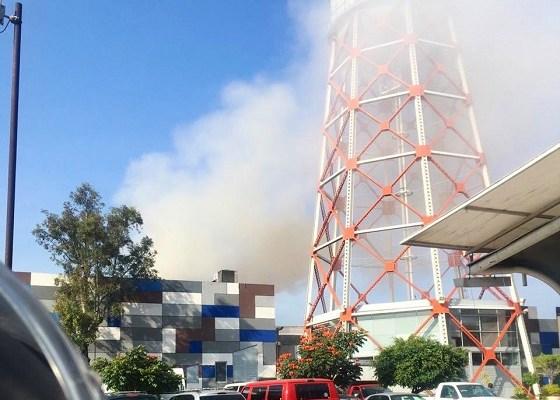 Se incendia negocio de comida china en Plaza Tepeyac - Humo a consecuencia de incendio en zona de comida. Foto de @israellorenzana