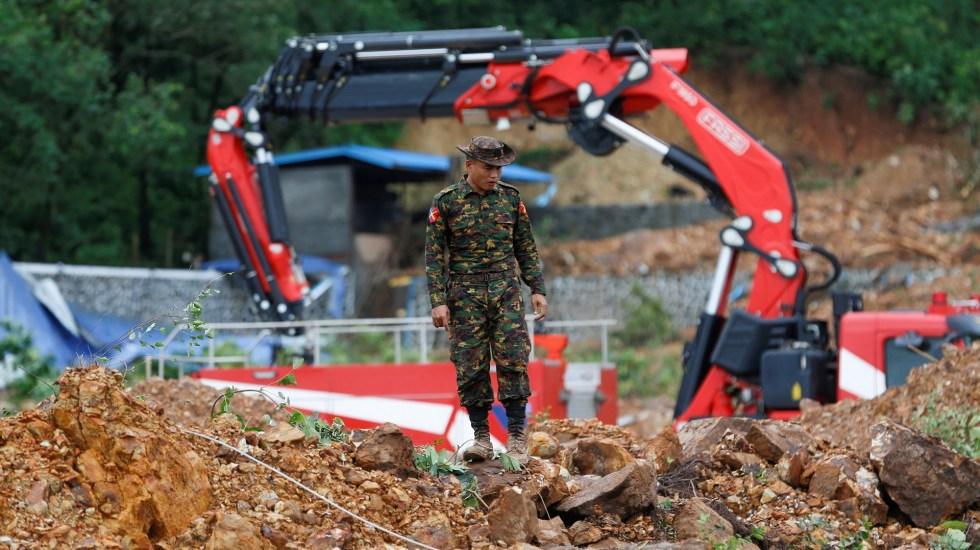 Aumenta a 61 cifra de víctimas por deslizamiento de tierra en Myanmar - Labores de búsqueda y rescate de víctimas por deslave. Foto de EFE