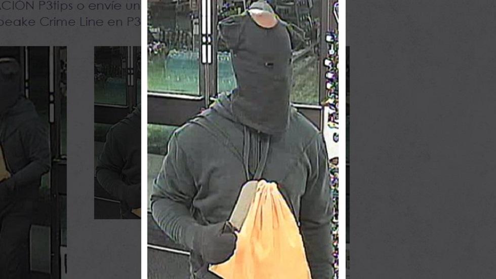 Hombre usa playera de bebé en la cara para asaltar 7-Eleven - Ladrón con playera de bebé. Foto de Chesapeake Crime Line
