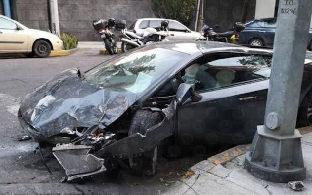 Llevan el Lamborghini chocado en la Roma a Ministerio Público - Lamborghini abandonado en calles de la Colonia Roma. Foto de @c4jimenez