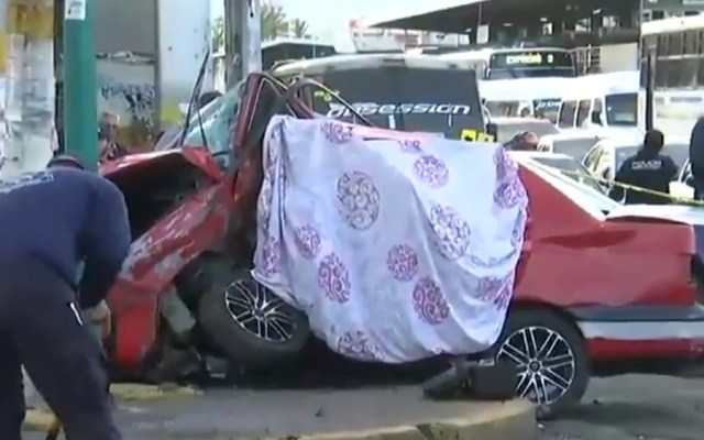 Choque deja dos muertos en Nezahualcóyotl - Las dos personas que murieron viajaban en un Jetta rojo. Captura de pantalla / Foro Tv