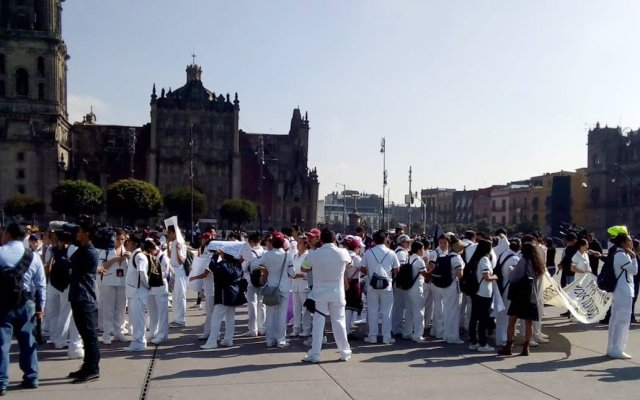 Protestan médicos en el Zócalo capitalino - Foto de @MrElDiablo8