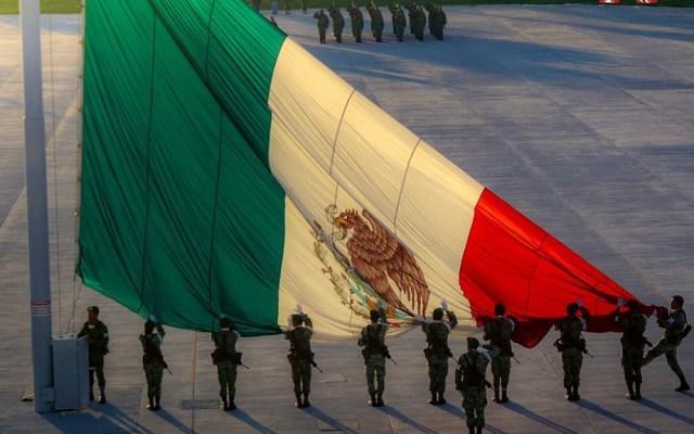 Sedena deberá informar sobre capacitación a su personal en materia de DDHH - Miembros del Ejército mexicano izando la Bandera. Foto de @SEDENAmx
