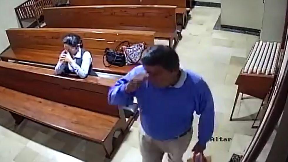 Momento en que ladrón se persigna. Captura de pantalla
