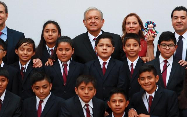 AMLO reconoce a ganadores de la Olimpiada del Conocimiento Infantil - Foto de Notimex