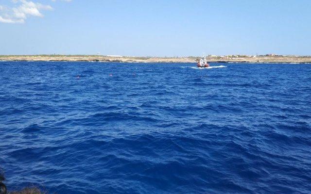 Migrantes saltan al agua desde el Open Arms para llegar a Italia - Foto de Open Arms.