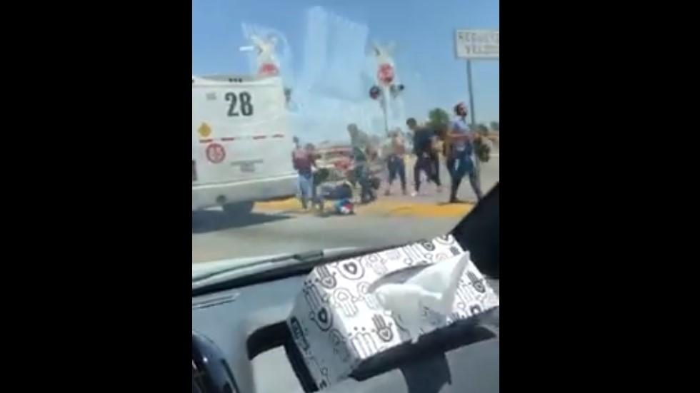 #Video Pasajeros se arrojan de camión por paso de tren - Pasajeros tras arrojarse del camión. Captura de pantalla